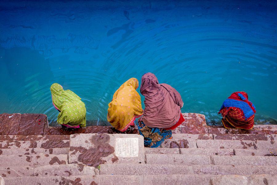 In sari geklede Indische  vrouwen nemen een bad in Varanasi, India van Wout Kok