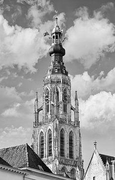 Sierlijke kerktoren tegen een bewolkte hemel van Tony Vingerhoets