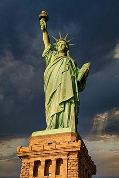La Statue de la Liberté à New York City, USA, vue de jour, en gros plan et en contre-plongée, avec d sur Mohamed Abdelrazek