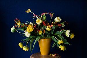Blau-gelbes Tulpenstilleben