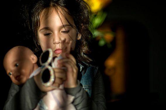 Meisje met pop van Huibert van der Meer