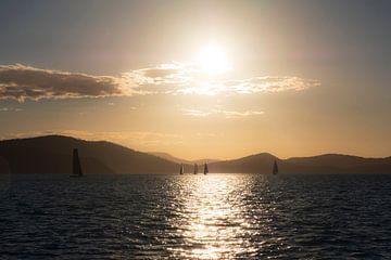 Zeilen bij zonsondergang voor de kust van Australië van Diane Bonnes