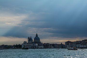 Venetië met prachtige zonnestralen . van Ton de Koning
