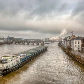 Binnenvaartschip bij de Sin Servaasbrug in Maastricht von John Kreukniet