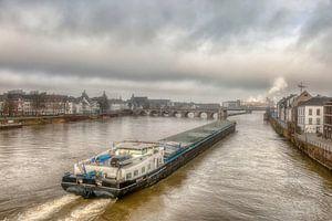 Binnenvaartschip bij de Sin Servaasbrug in Maastricht van