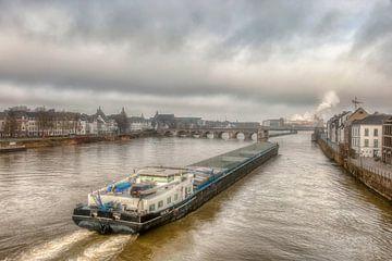 Binnenvaartschip bij de Sin Servaasbrug in Maastricht van John Kreukniet