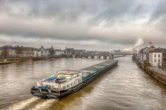 Binnenvaartschip bij de Sin Servaasbrug in Maastricht