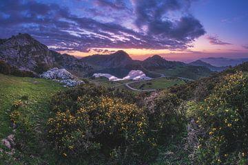 Lac de montagne des Asturies au coucher du soleil sur Jean Claude Castor