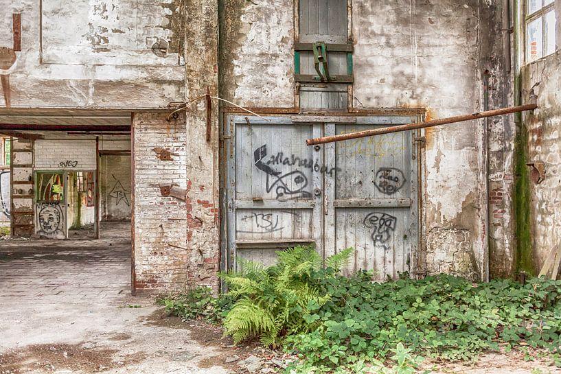 Verlaten gebouw België van Elly Damen