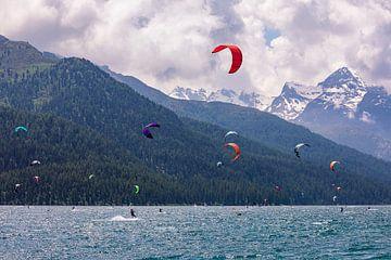 Kitesurfer am Silvaplaner See in Graubünden von Werner Dieterich