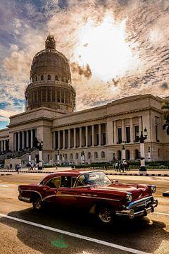 Rode oldtimer voor het Capitool in Havana Cuba van Dieter Walther