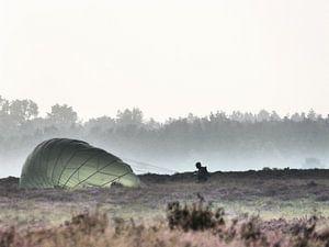 Een parachute uit de mist