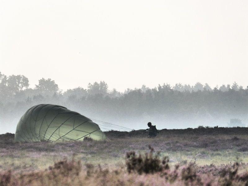 Een parachute uit de mist van Wilbert Van Veldhuizen