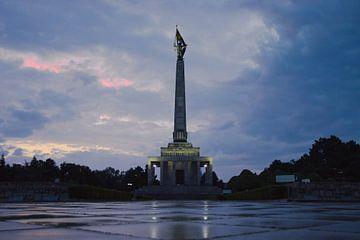 Slavín War Memorial tijdens zonsondergang van Steven Marinus