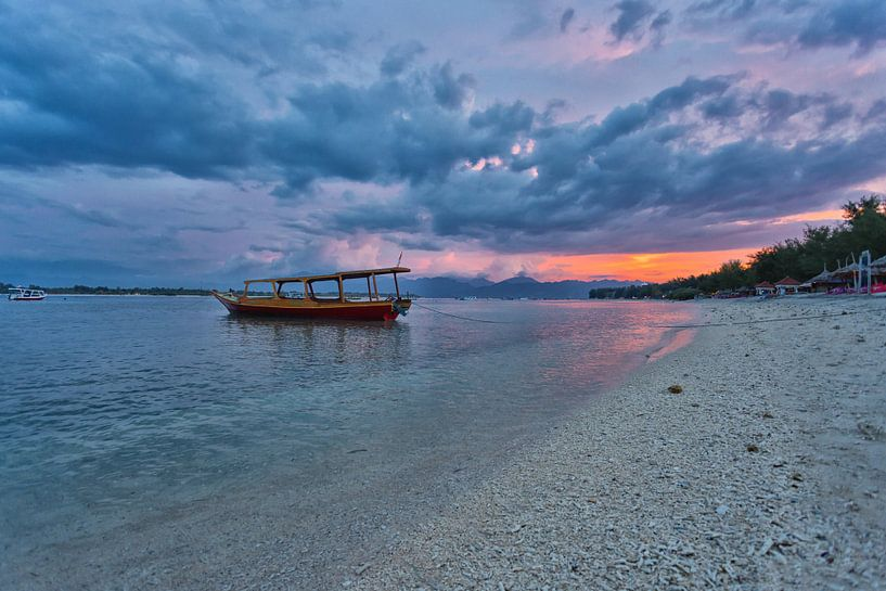 Zonsondergang op Gili Trawangan, Indonesië van Stefan van der Wijst