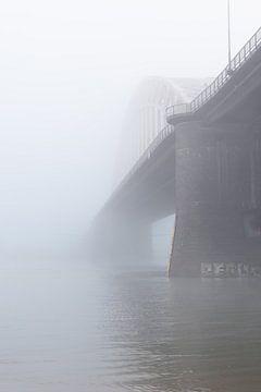 Waalbrug in de mist van Femke Straten
