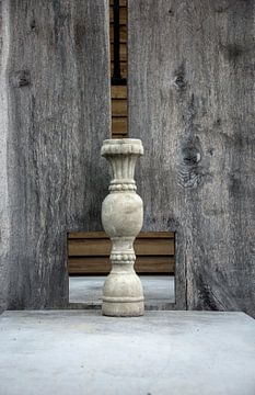 grote stenen vaas op een tafel van