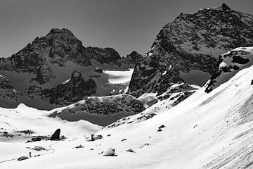 Tour de ski dans les Alpes - Black White photo de sommets enneigés sur Hidde Hageman