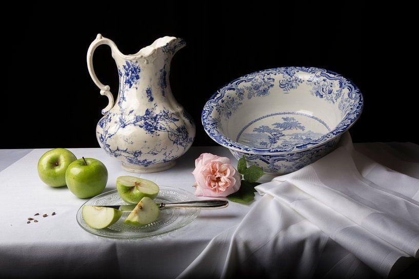 Stilleven met appel en roos van Fleur Halkema