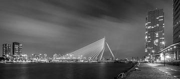 Avondfoto Erasmusbrug vanaf Kop van Zuid in zwart-wit sur Mark De Rooij
