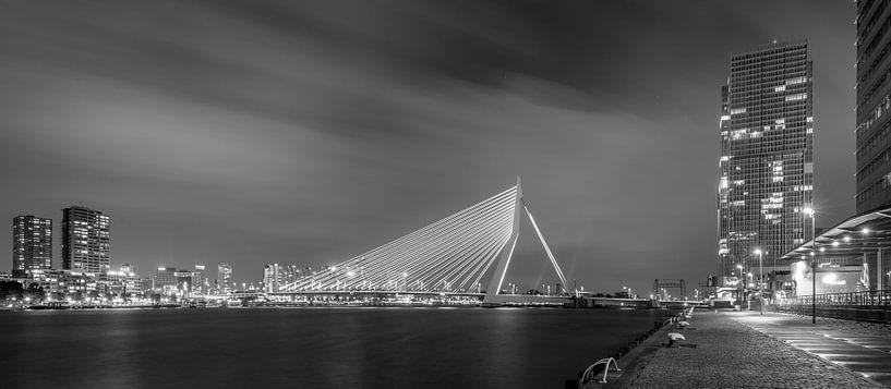 Avondfoto Erasmusbrug vanaf Kop van Zuid in zwart-wit van Mark De Rooij