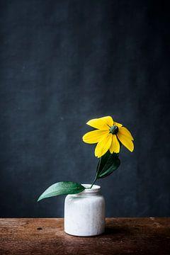 Gele bloem in wit vaasje van Jenneke Boeijink