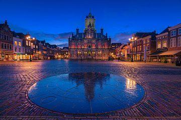 Stadhuis Delft na zonsondergang van Tom Roeleveld