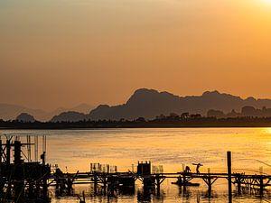 Een steiger bouwen over de Salween rivier bij Hpa-An Myanmar