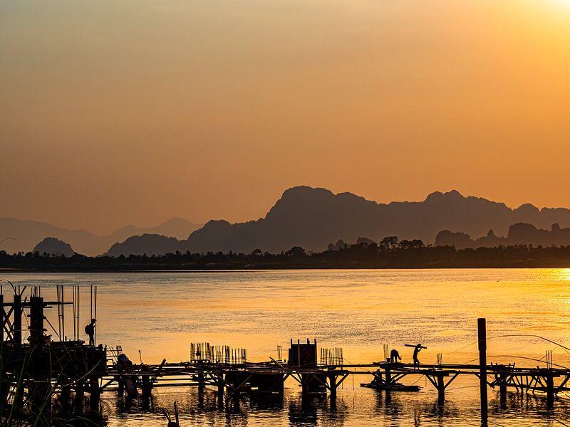 Een steiger bouwen over de Salween rivier bij Hpa-An Myanmar van Rik Pijnenburg