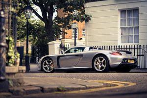 Zilvere supercar Porsche Carrera GT van