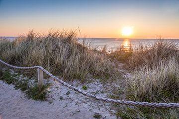 Pad op de duinen boven Kampen bij zonsondergang, Sylt van Christian Müringer