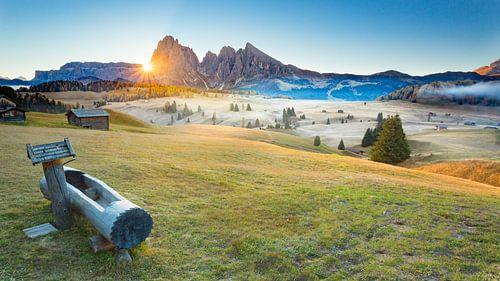 Zonsopkomst in Alpe Di Siusi - Seiser Alm - Compatsch - Dolomieten - Italië van Remco Siero