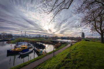 De haven en de oude molen Nooit Gedagt - Woudrichem (NL)