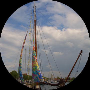 Zeilboot met kleurrijke zeilen in de haven van Zierikzee van tiny brok