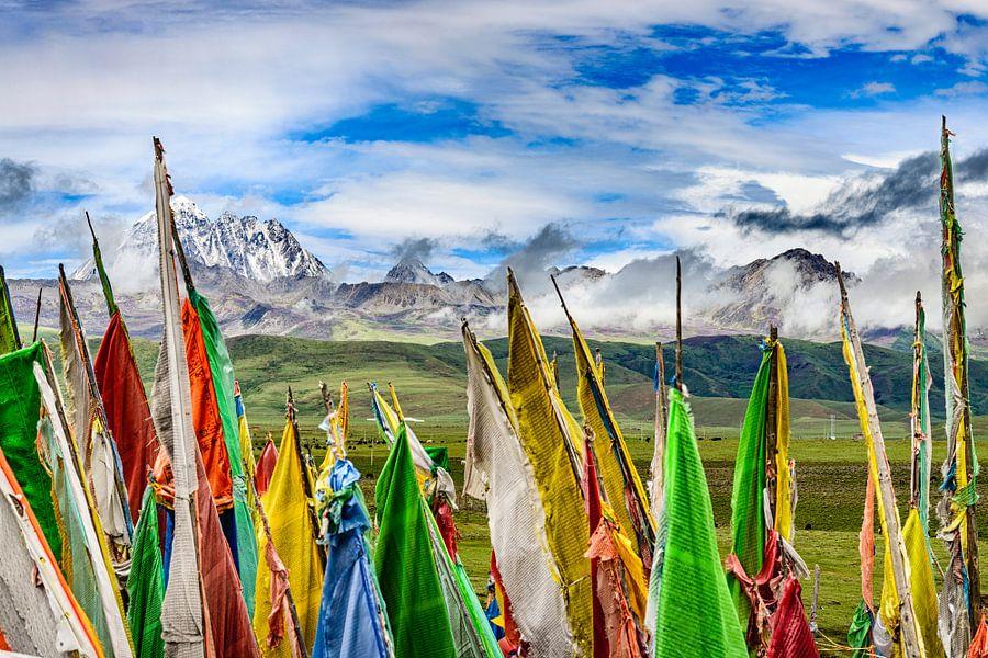 Tagong. Gebedsvlaggen, rollende vlaktes en de heilige berg Yala .