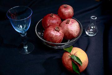 Apfelsine und Granatapfel mit blauem Weinglas und kleiner Vase von Dieter Meyer