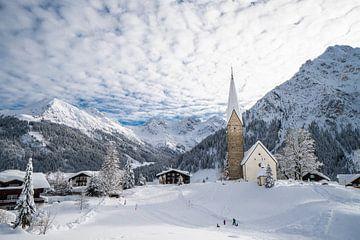 Oostenrijks dorp bedekt in verse sneeuw van