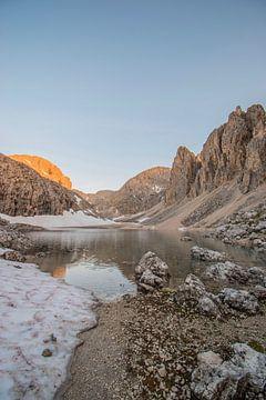 Zonsopkomst bergmeer in de Dolomieten in Italië van Bianca Kramer