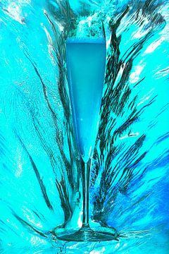 SF 00944148 Blauwe champagne omringd door ijs van BeeldigBeeld Food & Lifestyle
