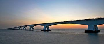 Die Zeelandbrug-Brücke im Panorama bei Sonnenaufgang von Gert Hilbink