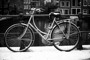 Verschneites Fahrrad in Amsterdam von Colin Eusman