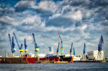 Haven van Hamburg met kranen en droogdokken van Dieter Walther