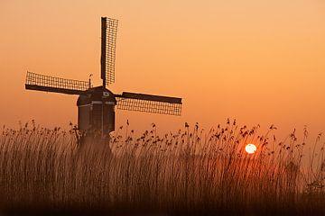 Winter sunrise behind the windmill sur Peter Halma