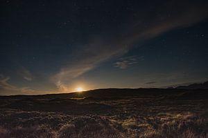 De maan aan de sterren hemel