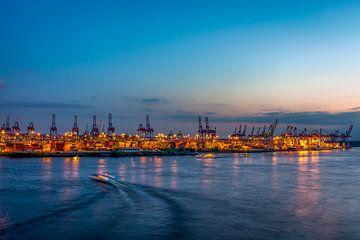 Zicht op de containerterminal in de haven van Hamburg bij zonsondergang van Annette Hanl