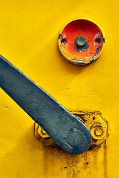 Drukknop en hendel op een gele locomotief van Jenco van Zalk