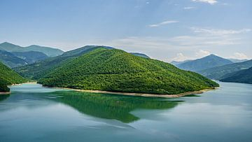 Azur-blauer See von Stijn Cleynhens