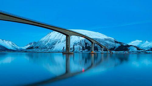 Gimsøystraumen brug in het Sydalspollen Fjord na zonsondergang in de Lofoten in de winter