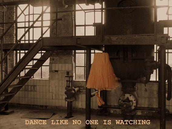 balletjurk in verlaten fabriek met tekst/ Dance like no one is watching