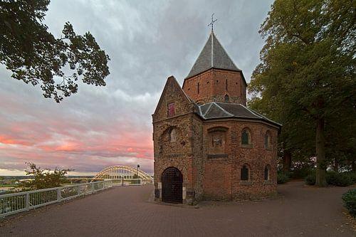 St.-Nikolaus-Kapelle in Nijmegen mit einem schönen Himmel von Anton de Zeeuw